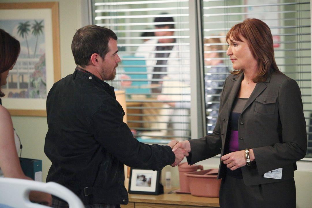 Eddie Lindy (Derek Phillips, l.) hat Dr. Ginsberg, eine berühmte Neurologin, ins St. Ambrose kommen  lassen, damit sie versucht, seine Frau Kayla (... - Bildquelle: ABC Studios