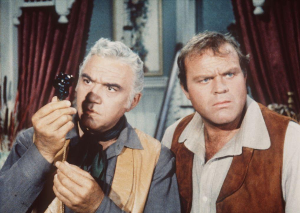 Ben Cartwright (Lorne Greene, l.) und Hoss (Dan Blocker, r.) sind sich nicht einig, ob der Smaragd ein Original oder eine Fälschung ist. - Bildquelle: Paramount Pictures