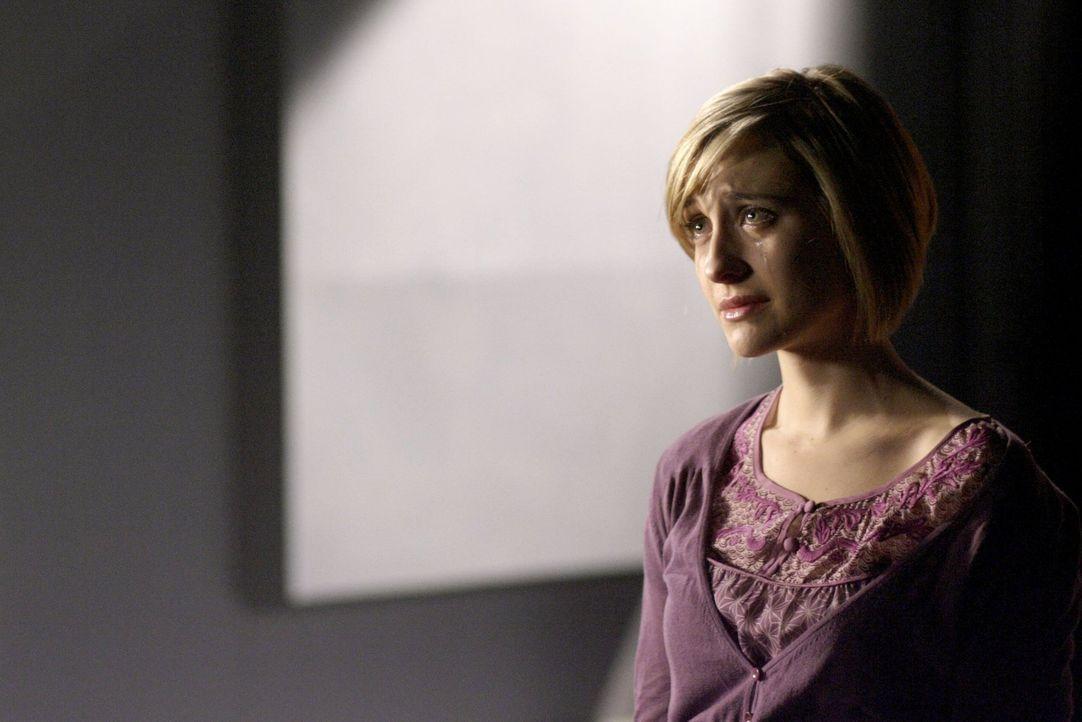 Obwohl sie Clarks beste Freundin ist, will Chloe (Allison Mack) Davis helfen. Sie hat Mitleid mit ihm ... - Bildquelle: Warner Bros.