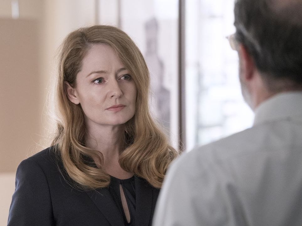 Geraten aneinander: Allison (Miranda Otto, l.) und Saul (Mandy Patinkin, r.) ... - Bildquelle: Stephan Rabold 2015 Showtime Networks, Inc., a CBS Company. All rights reserved.