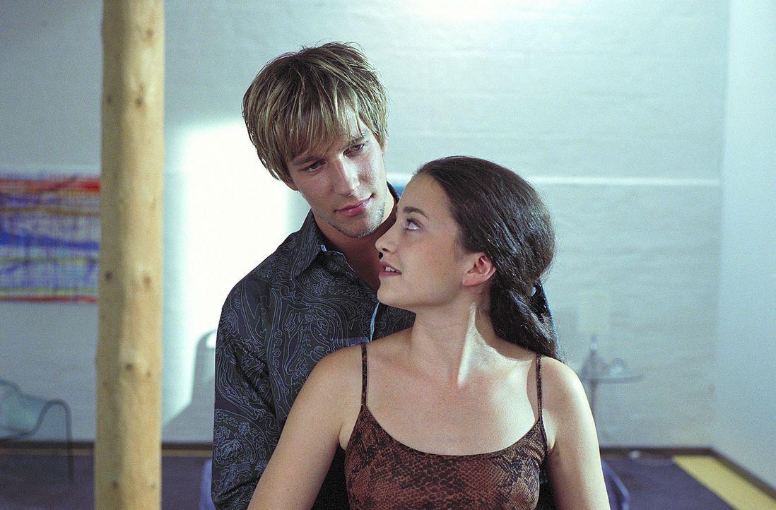 Der coole Tom (Hendrik Borgmann, hinten) gibt der 15-jährigen Julia (Lotte Letschert, vorne), die unter der Ehekrise ihrer Eltern leidet, das Gefühl... - Bildquelle: Noreen Flynn