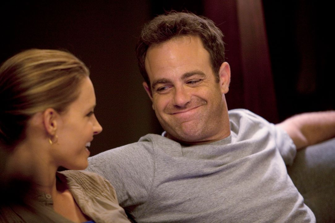 Während sich Cooper (Paul Adelstein, r.) und Charlotte (KaDee Strickland, l.) Gedanken über die Namen ihrer noch ungeborener Kinder machen, wird A... - Bildquelle: ABC Studios