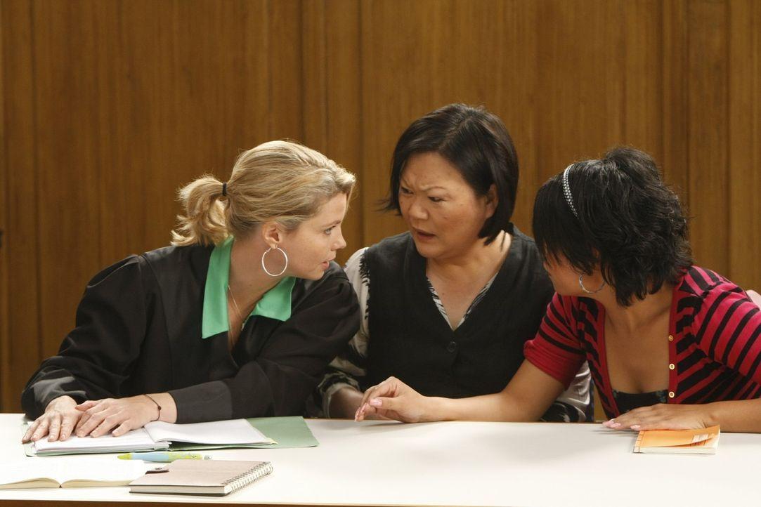 Danni beweist in ihrem ersten Fall Fingerspitzengefühl und Durchsetzungsvermögen: Mayumi (Soogi Kang, M.) und Tochter Girlie (Christie Noza, r.) hof... - Bildquelle: Frank Dicks SAT.1
