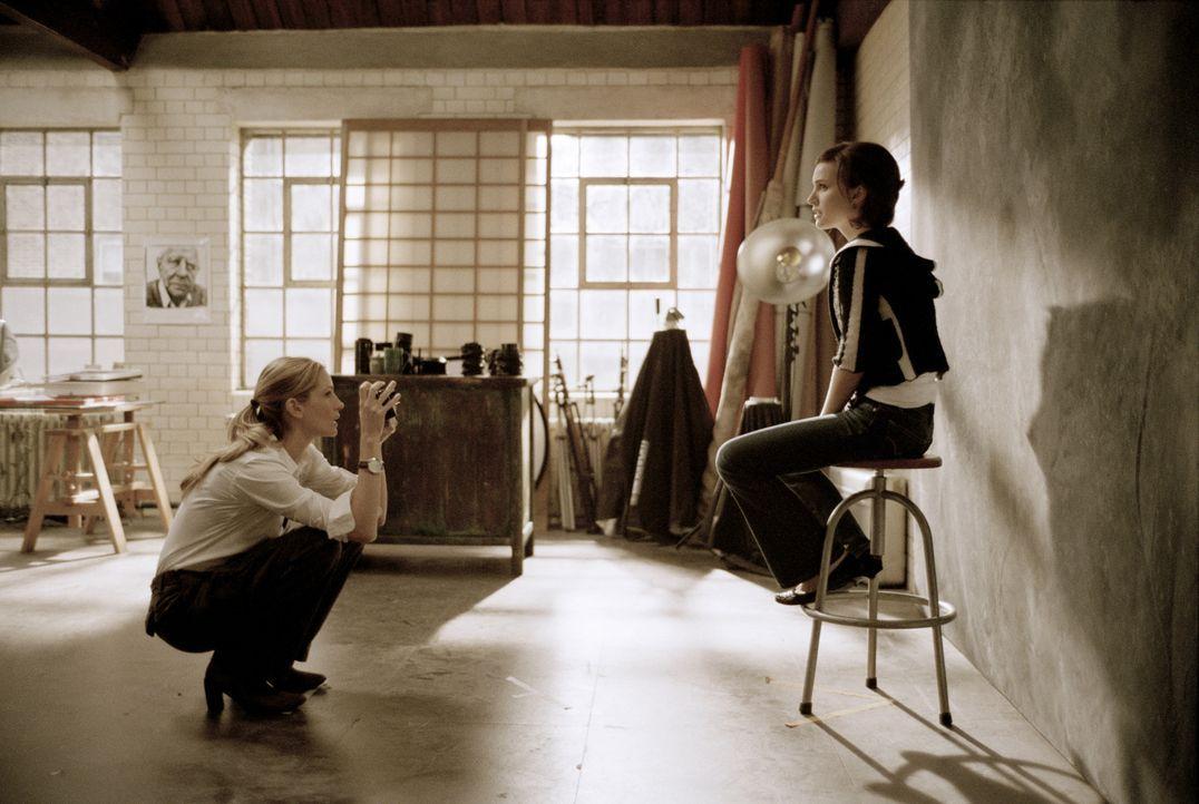 Noch ahnt Alice (Natalie Portman, r.) nicht, dass ihr Freund eine Affäre mit der Fotografin Anna (Julia Roberts, l.) hat ... - Bildquelle: Sony Pictures Television International. All Rights Reserved.