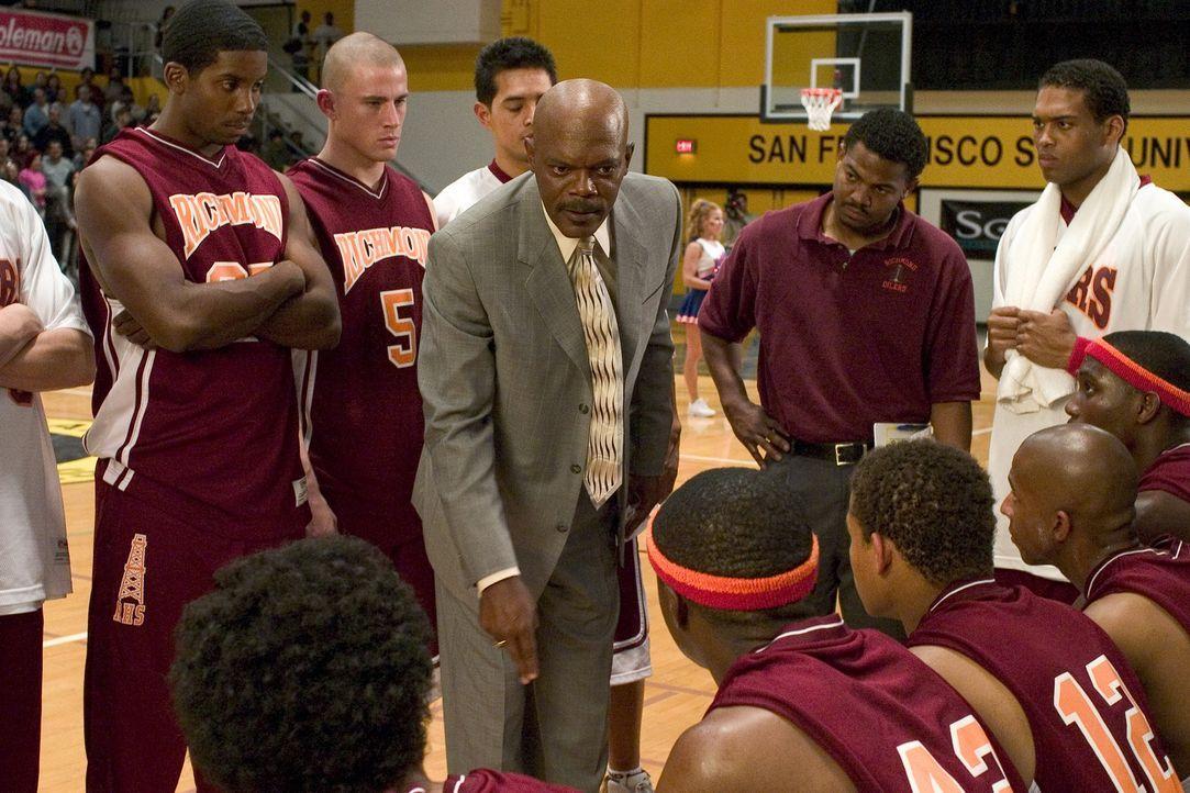 Alle Spieler haben mit ihren schulischen Leistungen große Probleme. Als Coach Carter (Samuel L. Jackson, M.) davon erfährt, ist er entsetzt. Gegen d... - Bildquelle: CBS International Television