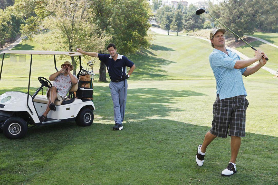 Während Jules mit Joshs Art zu küssen nicht einverstanden ist, leisten sich Grayson (Josh Hopkins, M.), Bobby (Brian Van Holt, r.) und Andy (Ian G... - Bildquelle: 2009 ABC INC.