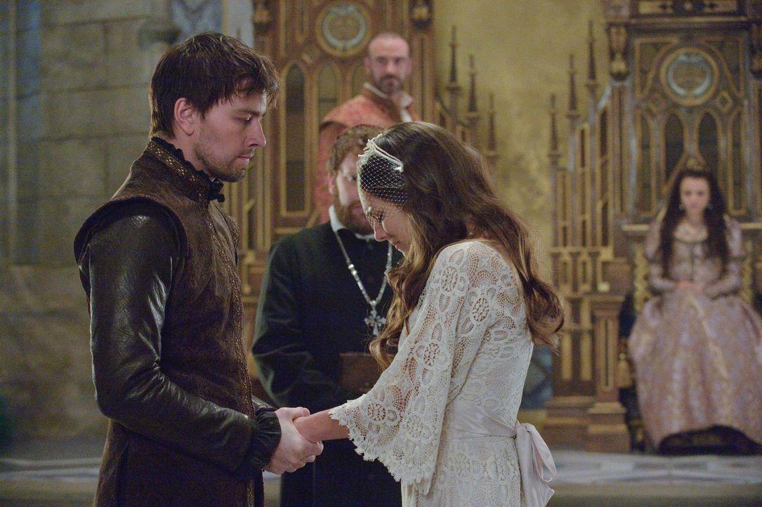 Völlig verzweifelt lässt Kenna (Caitlin Stacey, r.) die Hochzeitszeremonie über sich ergehen, die Henry II. befohlen hat, während Bash (Torrance Coo... - Bildquelle: Ben Mark Holzberg 2013 The CW Network, LLC. All rights reserved.