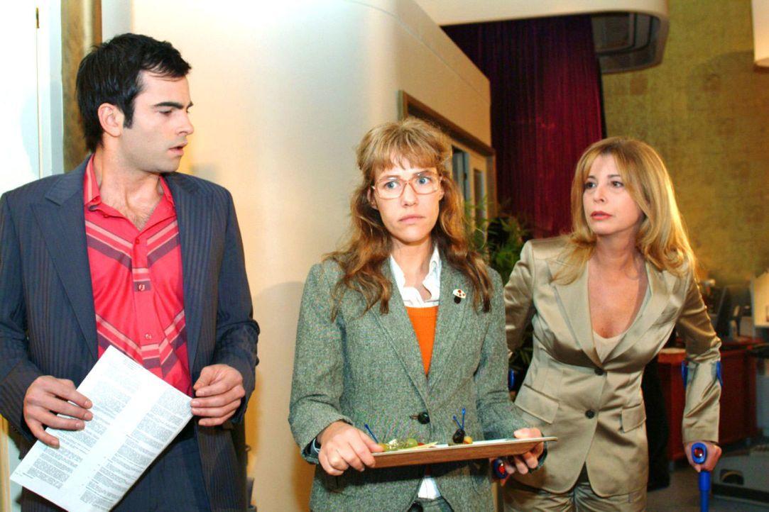 Lisa (Alexandra Neldel, M.) ist betroffen, dass David (Mathis Künzler, l.) sie eiskalt abblitzen lässt, als sie sich bei ihm bedanken will. Laura (O... - Bildquelle: Monika Schürle Sat.1