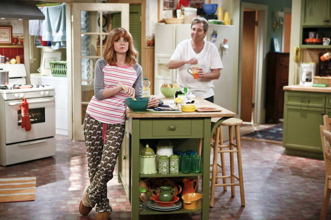 Debbie (Jayma Mays, l.) wundert sich, warum ihr Vater (Beau Bridges, r.) plötzlich so glücklich zu sein scheint. Könnte es damit zu haben, dass i... - Bildquelle: 2013 CBS Broadcasting, Inc. All Rights Reserved.