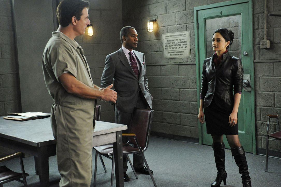 Kalinda (Archie Panjabi, r.) wird von Peters Widersacher auf ihn angesetzt. Peter (Chris Noth, l.) und dessen Anwalt Daniel Golden (Joe Morton, M.)... - Bildquelle: CBS Studios Inc. All Rights Reserved.