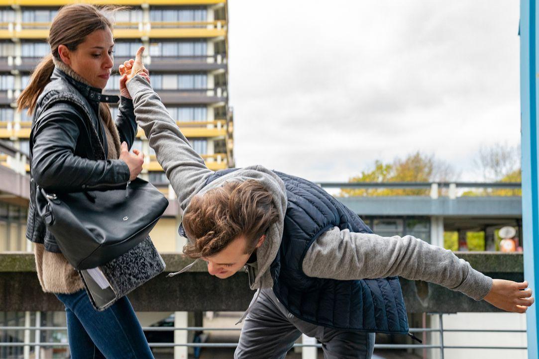Vanessa Henke (Anna-Katharina Fecher, l.); Elias Jacobi (Juri Senft, r.) - Bildquelle: Wolfgang Ennenbach SAT.1/Wolfgang Ennenbach
