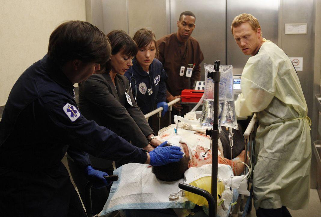 Owen (Kevin McKidd, r.) versucht alles, um Dr. Cahill (Constance Zimmer, 2.v.l.) davon zu überzeugen, die Notaufnahme nicht zu schließen. Als ein... - Bildquelle: ABC Studios