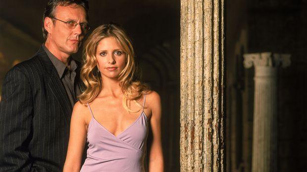 (5. Staffel) - Giles (Anthony Stewart Head, l.) steht Buffy (Sarah Michelle G...