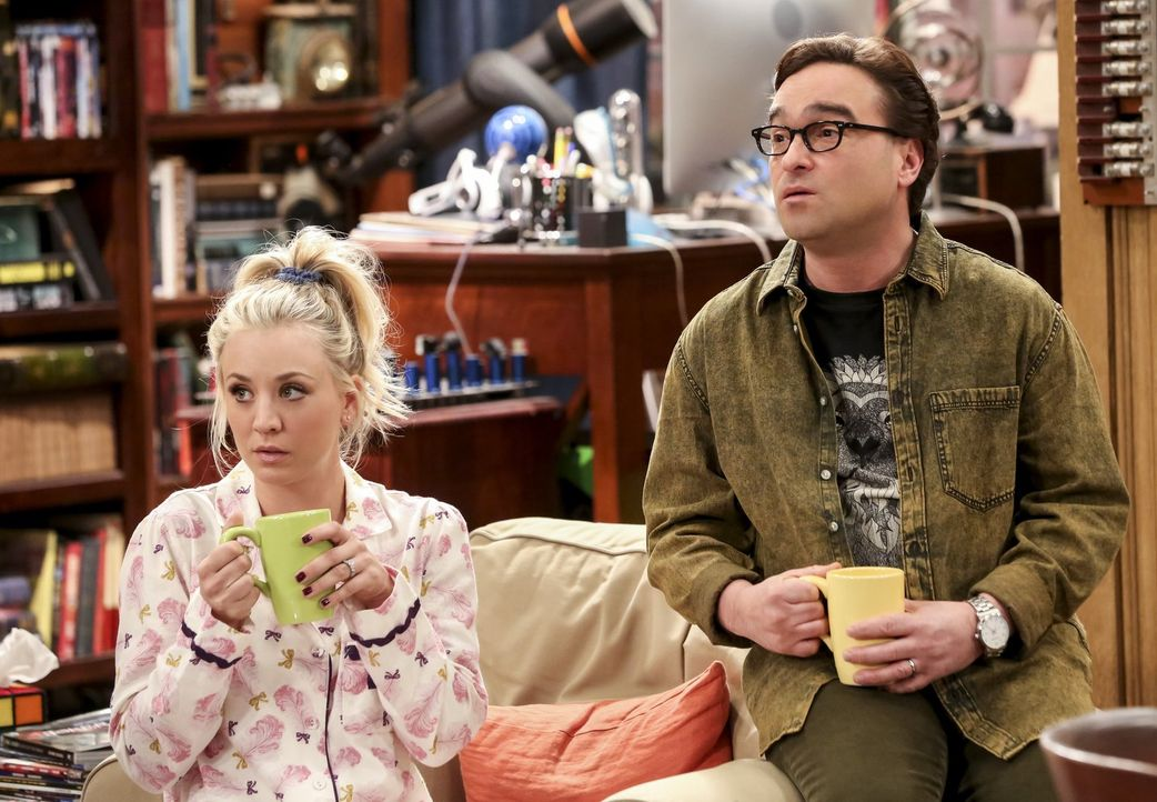 Penny (Kaley Cuoco, l.) und Leonard (Johnny Galecki, r.) suchen verzweifelt nach coolen Dingen, die sie im letzten Jahr erlebt haben. Unterdessen br... - Bildquelle: Warner Bros. Television