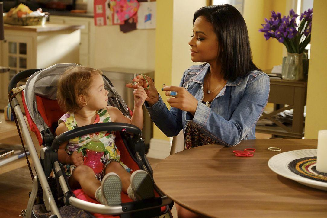 Während Vanessa (Christina Milian, r.) Sara rät, erst die Pros und Contras abzuwägen, bevor diese sich entscheidet, mit Craig zusammenzuziehen, muss... - Bildquelle: Jordin Althaus 2016 ABC Studios. All rights reserved.