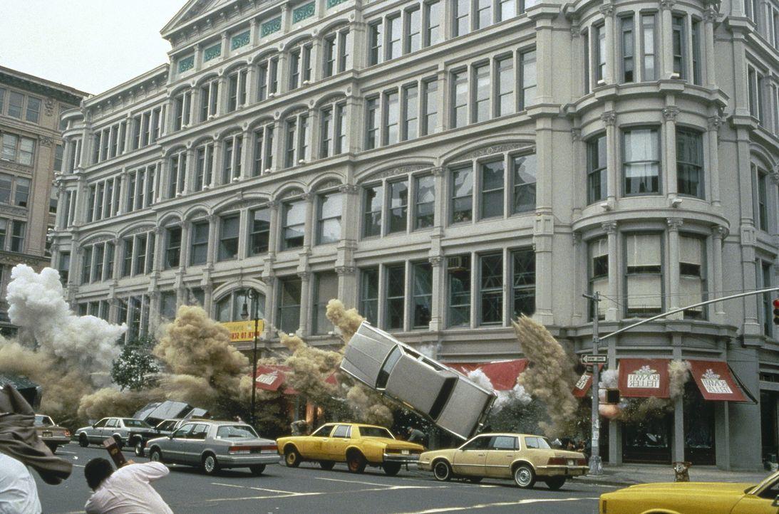Obwohl Zeus und McClane alle Rätsel gelöst haben, jagt Simon ein Gebäude in die Luft ... - Bildquelle: 20th Century Fox