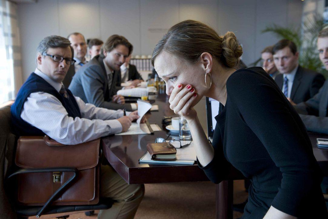Gott, ist mir schlecht! Kerstin (Nadja Becker, r.) gilt als überhebliche, skrupellose und männerverachtende Chefin. Doch jetzt gibt es gleich zwei m... - Bildquelle: SAT.1