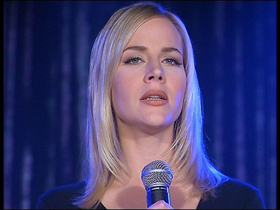 Darla (Julie Benz) singt in einer Karaoke-Bar. - Bildquelle: TM +   2000 Twentieth Century Fox Film Corporation. All Rights Reserved.