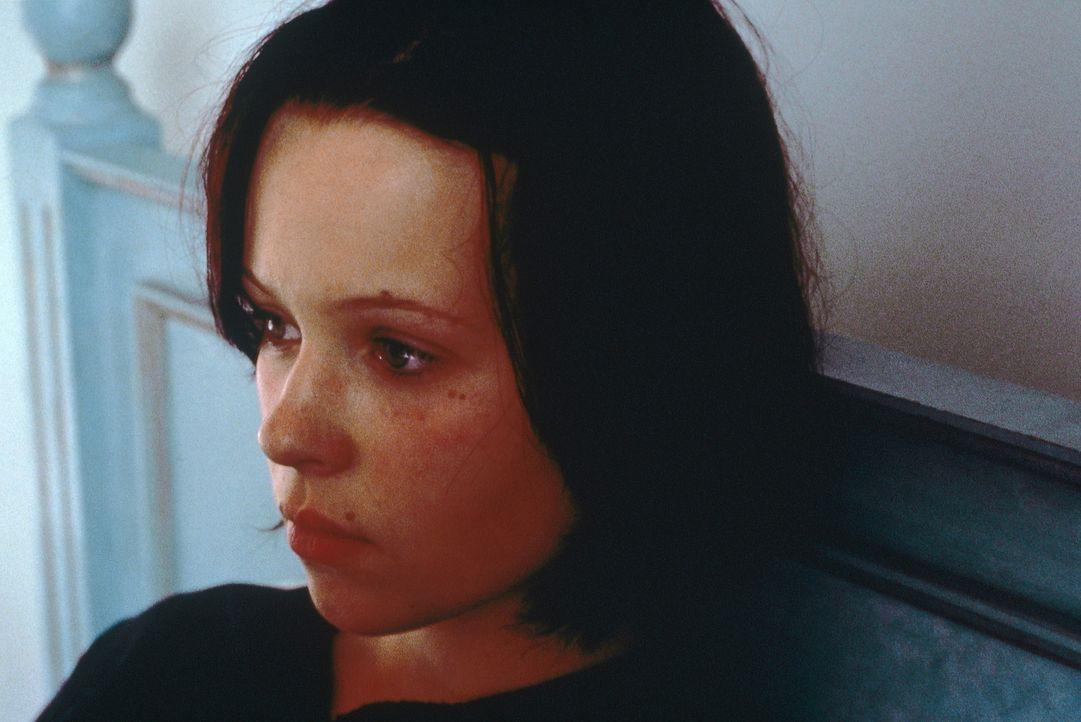 Eines Tages taucht die verschwundene Liz (Thora Birch) völlig verstört und blutüberströmt wieder auf. Doch ohne ihre Mitschüler ... - Bildquelle: Tobis StudioCanal