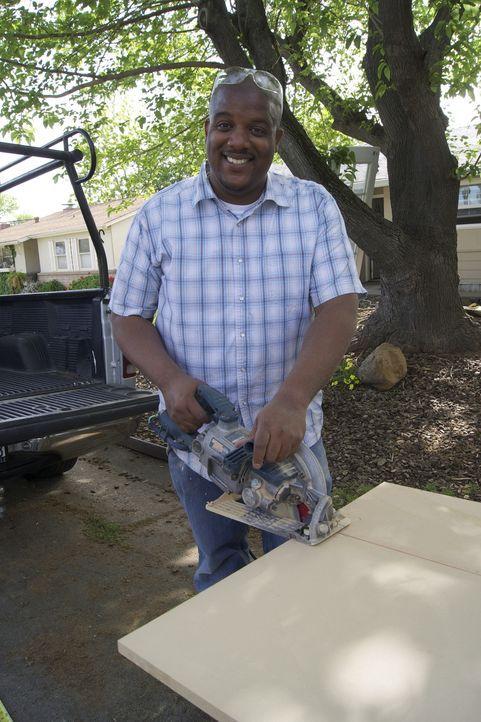 Muss selbst mitanpacken damit er und seine Familie endlich eine Essecke bekommen: Donovan ... - Bildquelle: 2011, DIY Network/Scripps Networks, LLC.  All Rights Reserved