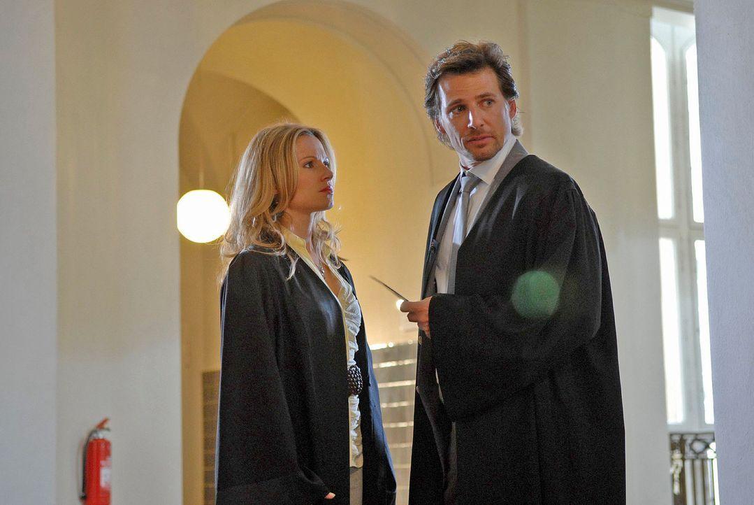 Können sich Alex (René Steinke, r.) und Sophie (Daniela Preuß, l.) im Fall Dr. Tries einigen? - Bildquelle: Christoph Assmann Sat.1