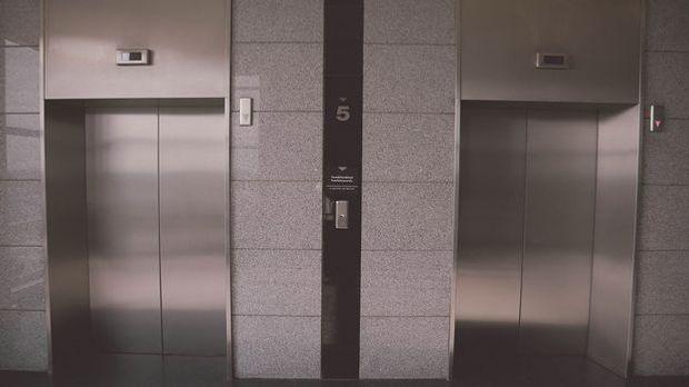 Supergirl im Aufzug