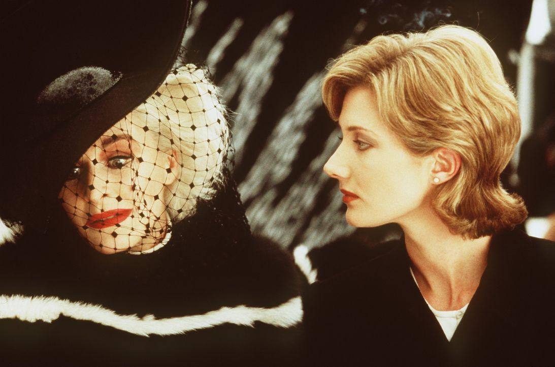 Anita (Joely Richardson, r.) denkt gar nicht daran, die Dalmatiner-Welpen an die skrupellose Mode-Designerin Cruella DeVil (Glenn Close, l.) zu verk... - Bildquelle: Buena Vista Pictures