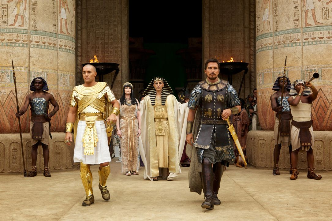 Während Pharao Seti (John Turturro, M. r.) Adoptivsohn Moses (Christian Bale, r.) liebt und sehr schätzt, hegt seine Frau Tuya (Sigourney Weaver, M.... - Bildquelle: 2014 Twentieth Century Fox Film Corporation. All rights reserved.
