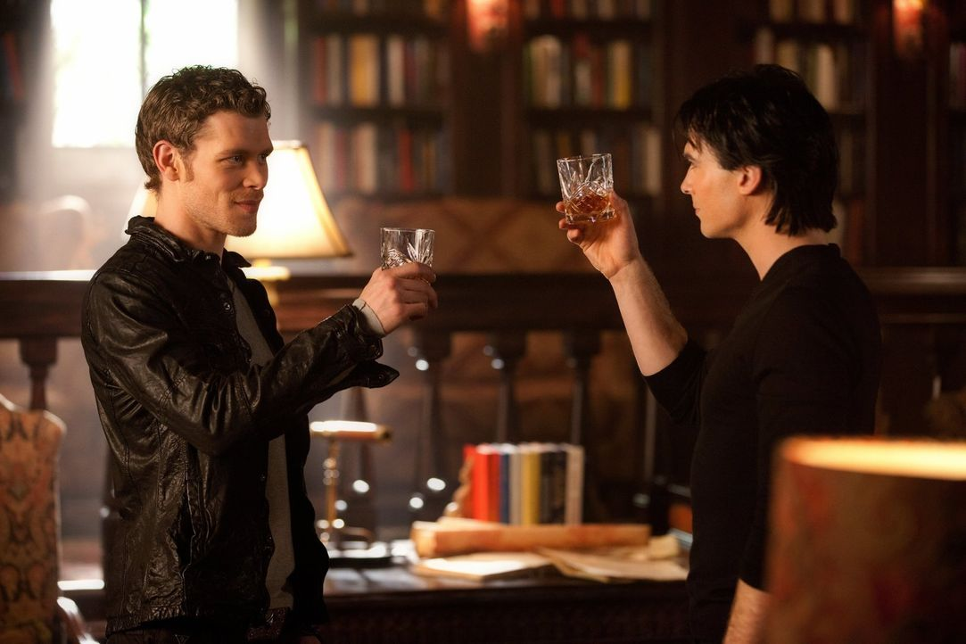 Ein Gläschen in Ehren kann keiner verwehren: Klaus (Joseph Morgan, l.) und Damon (Ian Somerhalder, r.) - Bildquelle: Warner Brothers