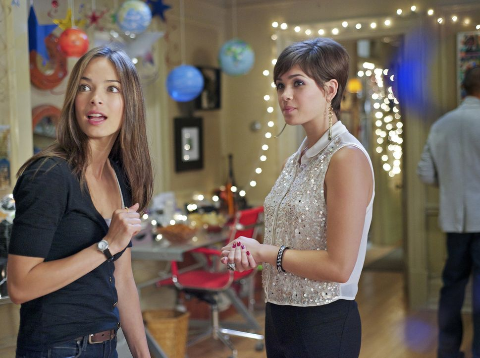 Gegen Cats (Kristin Kreuk, l.) Willen hat Heather (Nicole Gale Anderson, r.) eine Überraschungsparty organisiert ... - Bildquelle: 2012 The CW Network, LLC. All rights reserved.