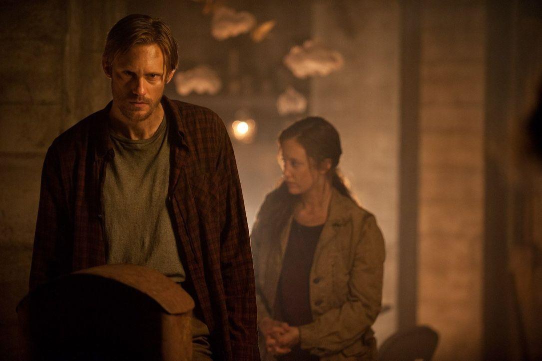 Nach 301 Tagen im Bunker wird Ray (Alexander Skarsgård, l.) und seiner Frau Claire (Andrea Riseborough, r.) klar, dass irgendetwas Böses die Katastr... - Bildquelle: 2015 Warner Bros.