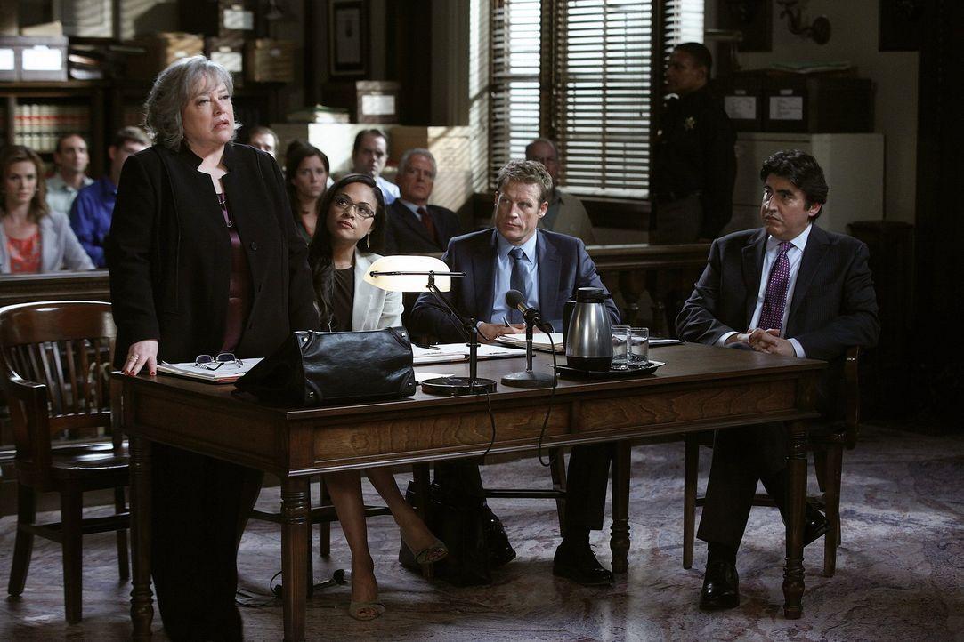 Versuchen alles, um den Fall von Eric Sanders (Alfred Molina, r.) zu gewinnen: Harry (Kathy Bates, l.), Cassie (Karen Olivo, 2.v.l.) und Oliver (Mar... - Bildquelle: Warner Bros. Television