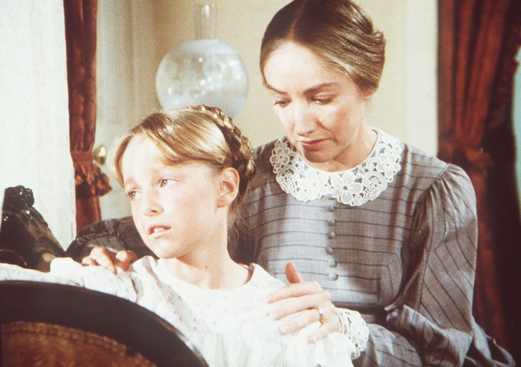 Die kleine Caroline (Sheri Strahl, l.) wird von ihrer Mutter (Holly Villaire, r.) über den Tod ihres Vaters hinweggetröstet ... - Bildquelle: Worldvision