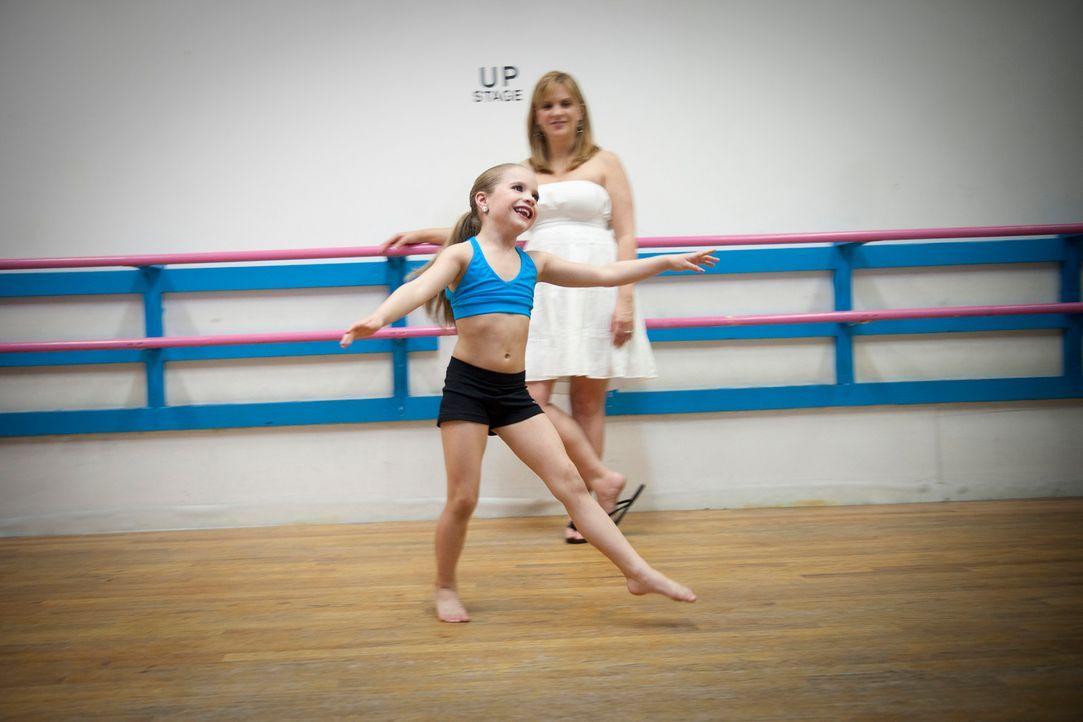 Maddie (vorne) bekommt die Chance, in einem hochkarätigen Musikvideo mitzuwirken. Klar, dass ihre Mutter Melissa (hinten) alles daran setzt, dass ih... - Bildquelle: 2011 AETN