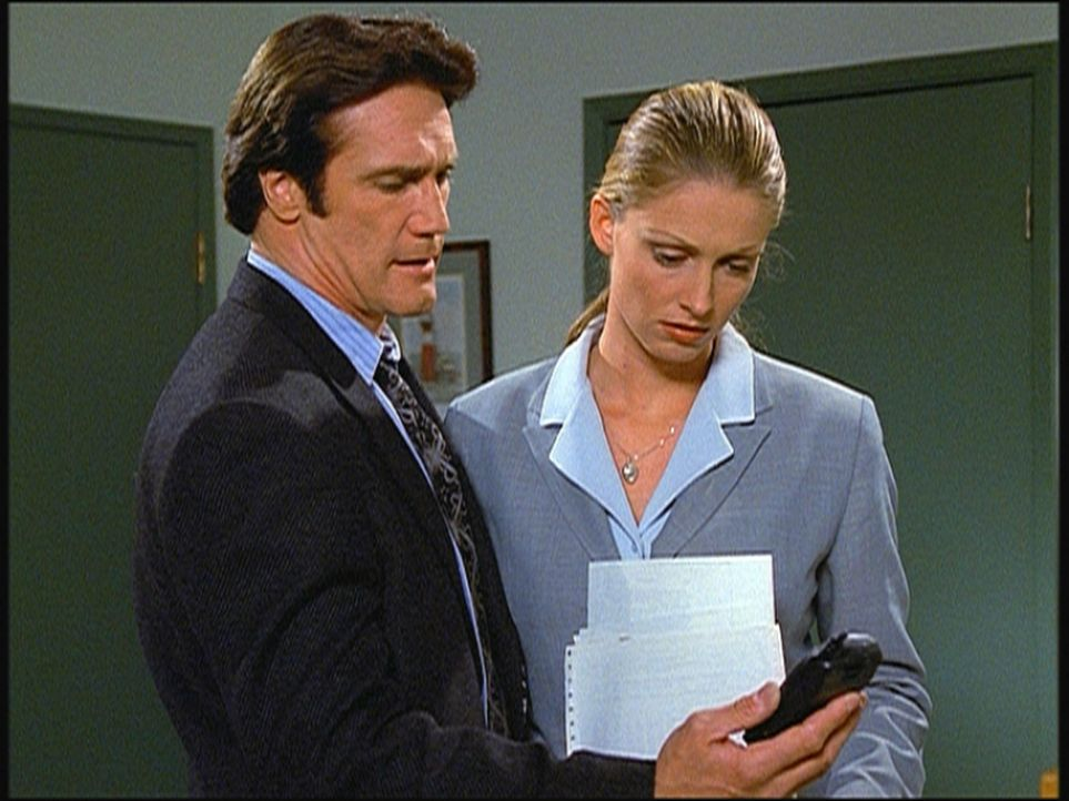Steve (Barry Van Dyke, l.) und seine Kollegin Hannah stoßen auf einige Ungereimtheiten, die darauf schließen lassen, dass Thomas' Selbstmord mögl... - Bildquelle: Viacom