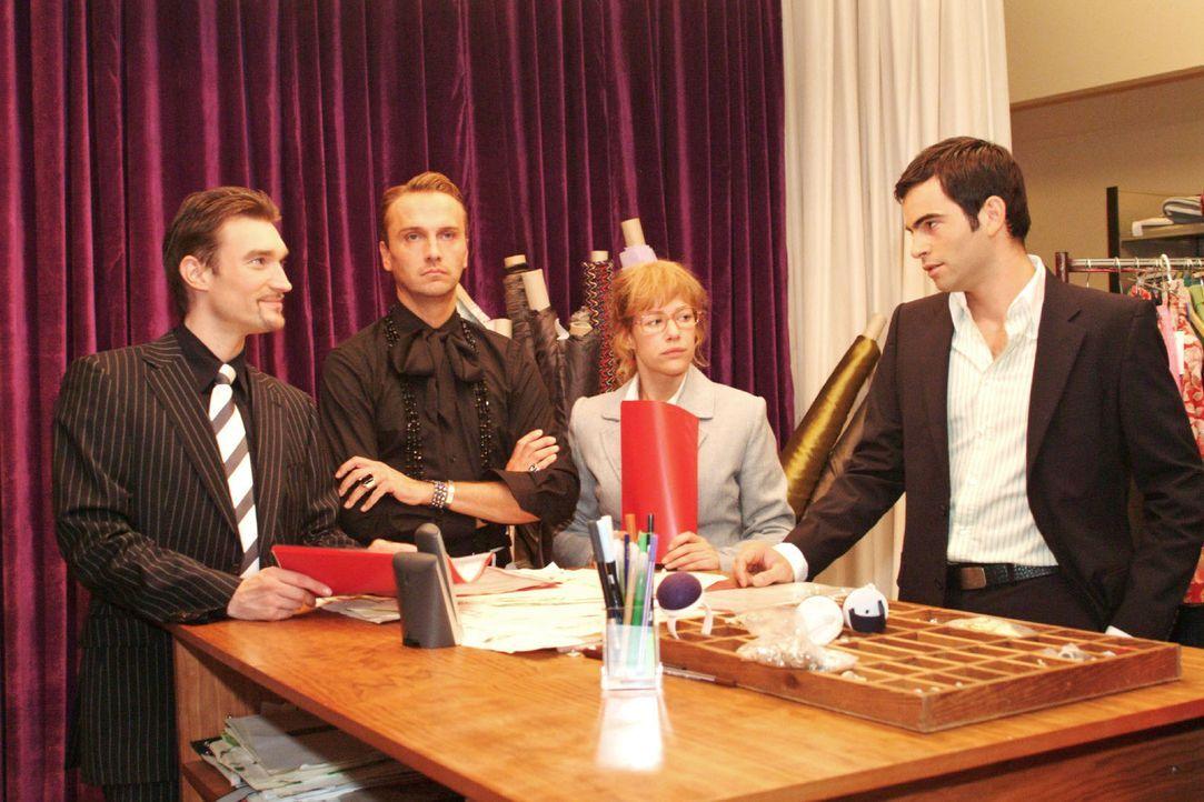 Lisa (Alexandra Neldel, 2.v.r.) versucht Richard (Karim Köster, l.) und David (Mathis Künzler, r.) - auch im Sinne von Hugo (Hubertus Regout, 2.v.... - Bildquelle: Monika Schürle Sat.1