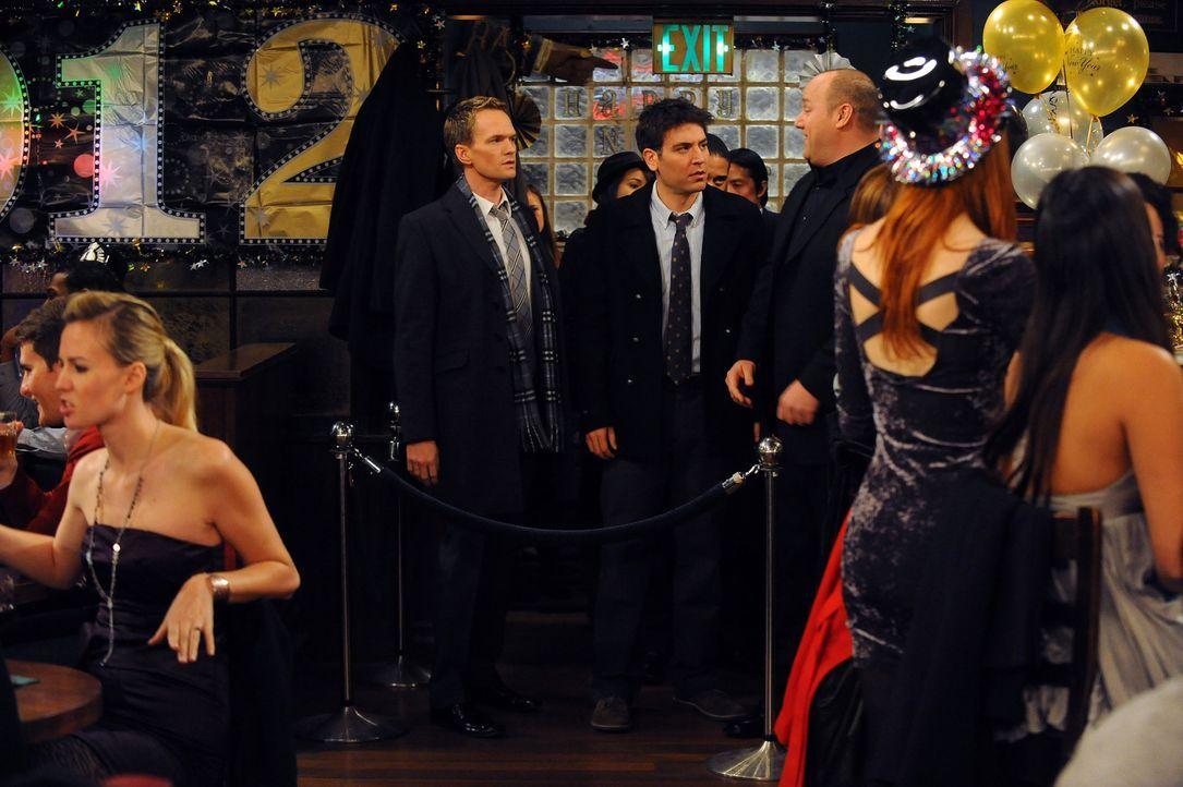 Während Robin ihre Karriere vorantreiben kann, wollen Barney (Neil Patrick Harris, M.l.) und Ted (Josh Radnor, M.r.) eine Bar eröffnen ... - Bildquelle: 20th Century Fox International Television