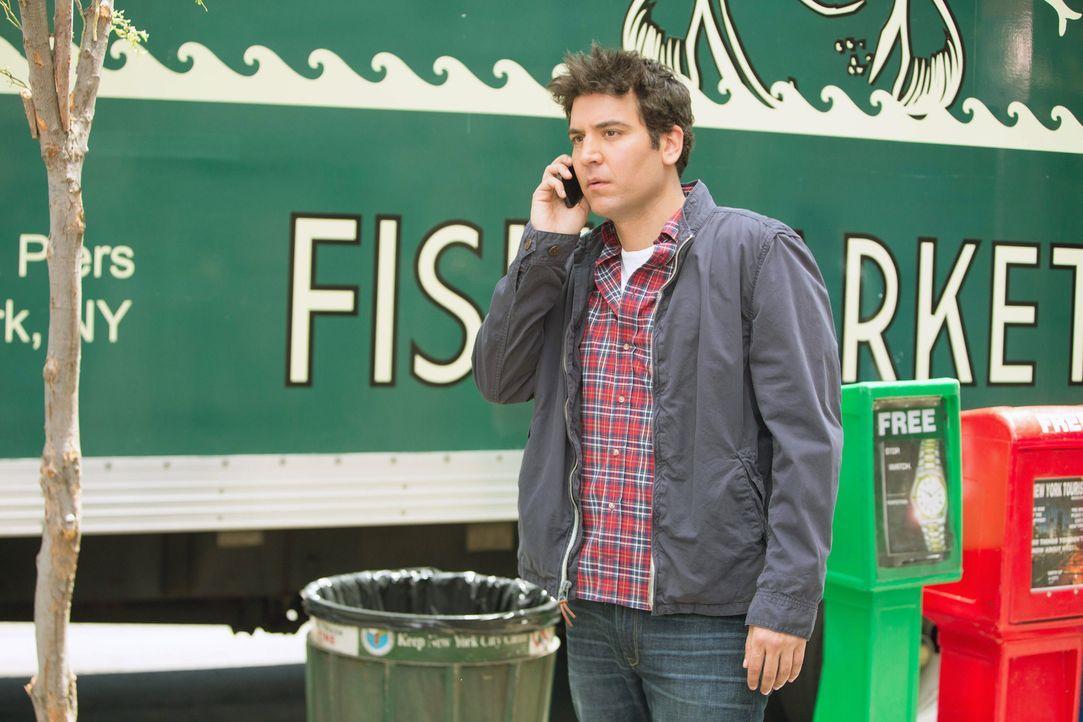 Marshall (Jason Segel, hinten) hat in der Vergangenheit seinen Freunden des Öfteren geholfen, ohne dabei Fragen zu stellen. Jetzt ist Ted (Josh Radn... - Bildquelle: 2013 Twentieth Century Fox Film Corporation. All rights reserved.