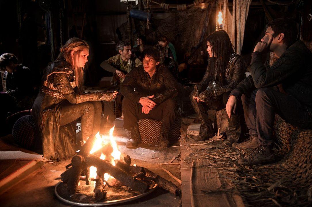 Während in Polis die Straßen weiter von Blut getränkt werden, suchen Clarke (Eliza Taylor, l.), Bellamy (Bob Morley, 2.v.l.), Octavia (Marie Avgerop... - Bildquelle: 2014 Warner Brothers