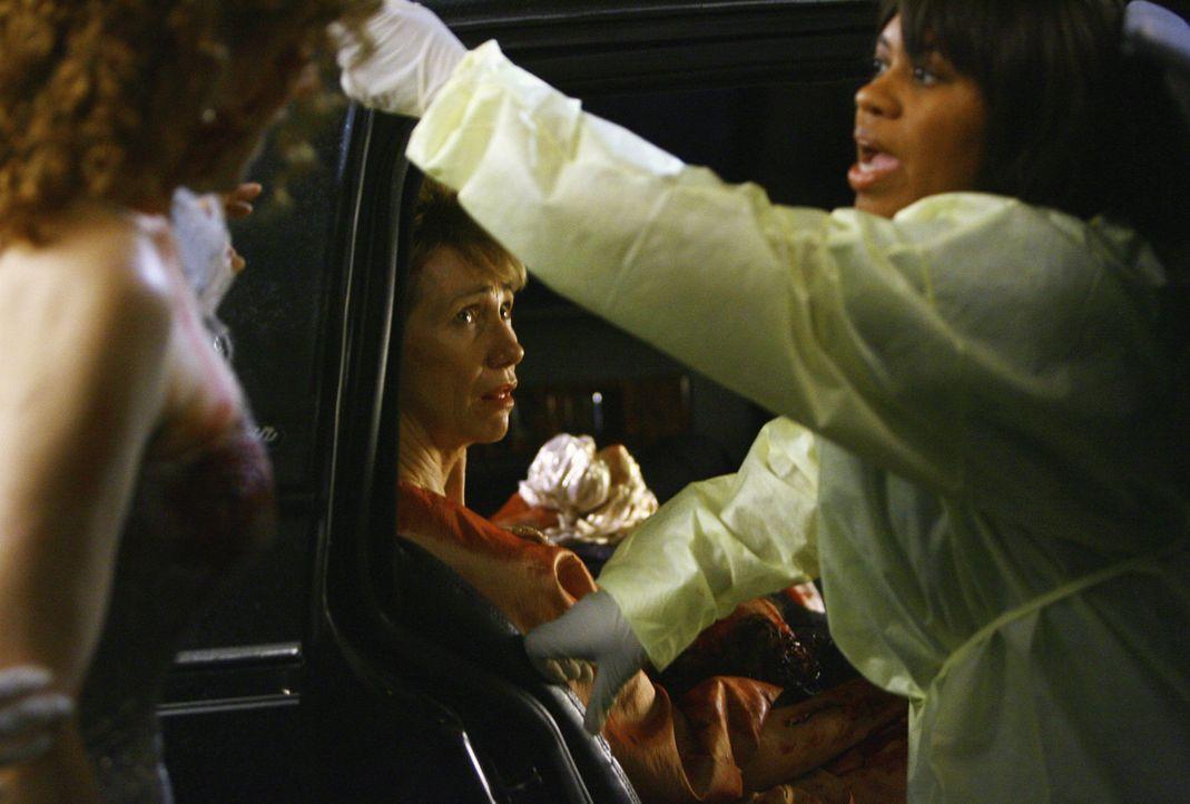 Nach der großen Flaute kommt wieder Arbeit: Anna Loomis (Kathy Baker, l.) kommt mit zwei verletzten Freundinnen und ihrem Chauffeur in die Notaufnah... - Bildquelle: Touchstone Television