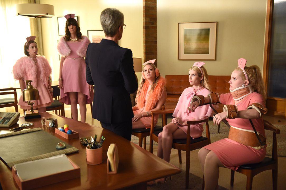 Munsch (Jamie Lee Curtis, 3.v.l.), Chanel #3 (Billie Lourd, 3.v.r.), Chanel (Emma Roberts, 2.v.r.), Chanel #5 (Abigail Breslin, r.) und die neusten... - Bildquelle: 2016 Fox and its related entities.  All rights reserved.