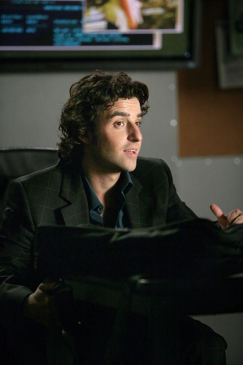 Ist seinem Bruder bei Ermittlungen in einem neuen Fall behilflich: Charlie (David Krumholtz) ... - Bildquelle: CBS International Television