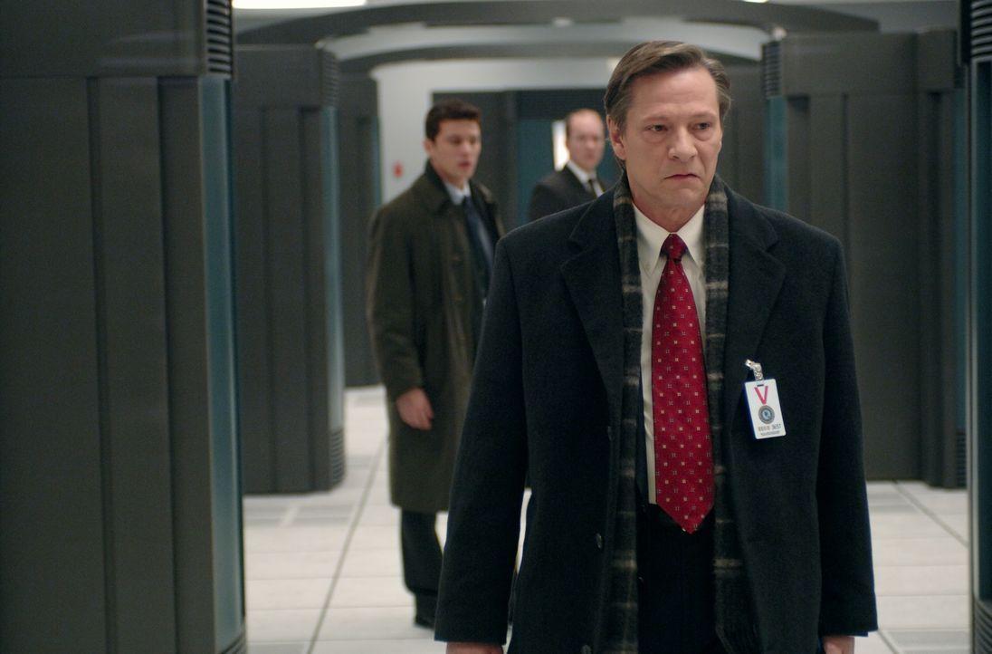 Robert Hanssen (Chris Cooper, vorne) ahnt nicht, dass sein engster Vertrauter (Ryan Phillippe, hinten l.) auch sein größter Feind ist ... - Bildquelle: Universal Pictures