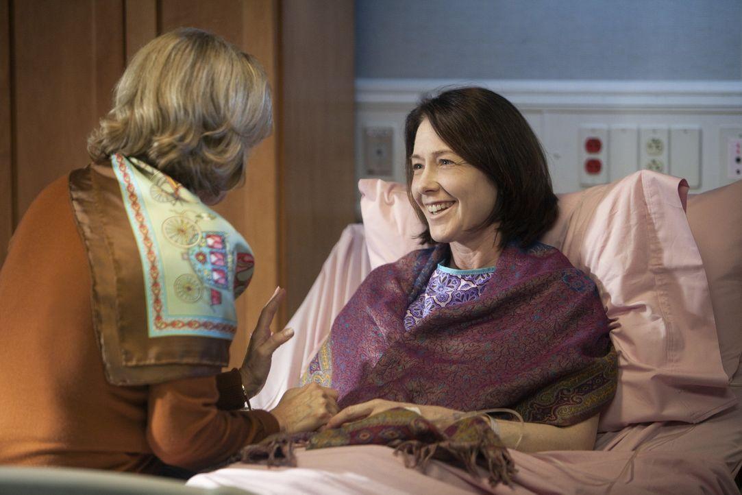 Während Charlotte und Cooper versuchen einander wieder näher zu kommen, muss Addison sich mit ihrer Mutter Bizzy (JoBeth Williams, l.) und deren P... - Bildquelle: ABC Studios