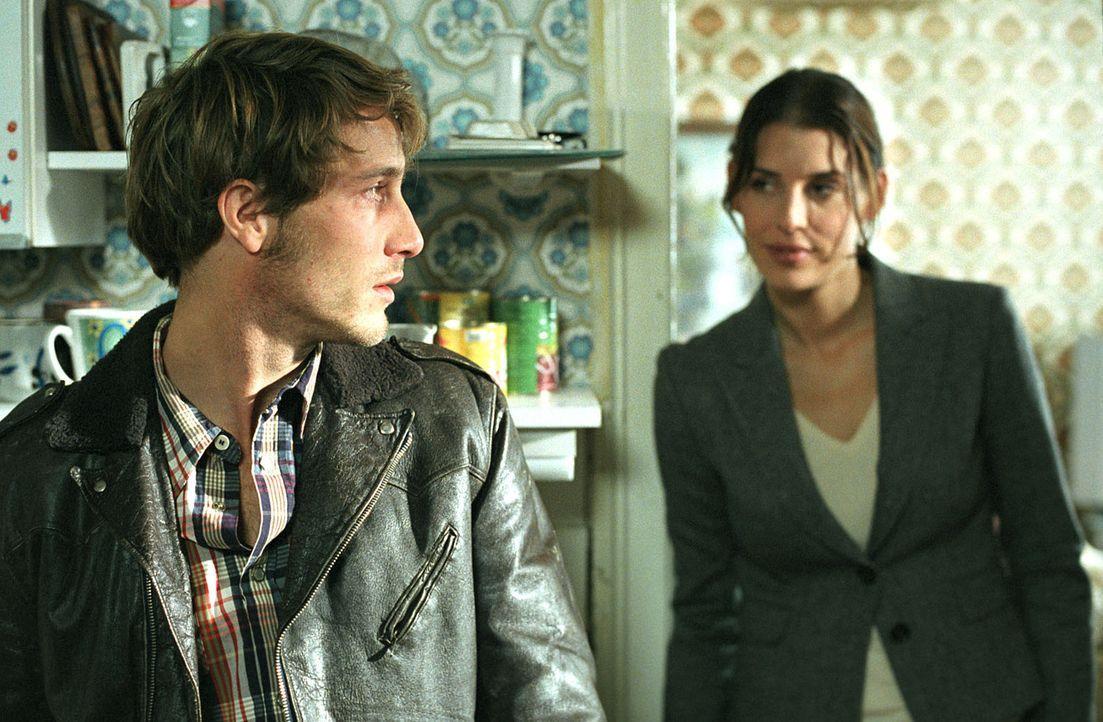 Nina (Elena Uhlig, r.) ahnt schon bald, dass Daniel (David Rott, l.), Sohn des ermordeten Hausmeisters, ihr etwas wirklich Wichtiges verheimlicht ... - Bildquelle: SAT.1