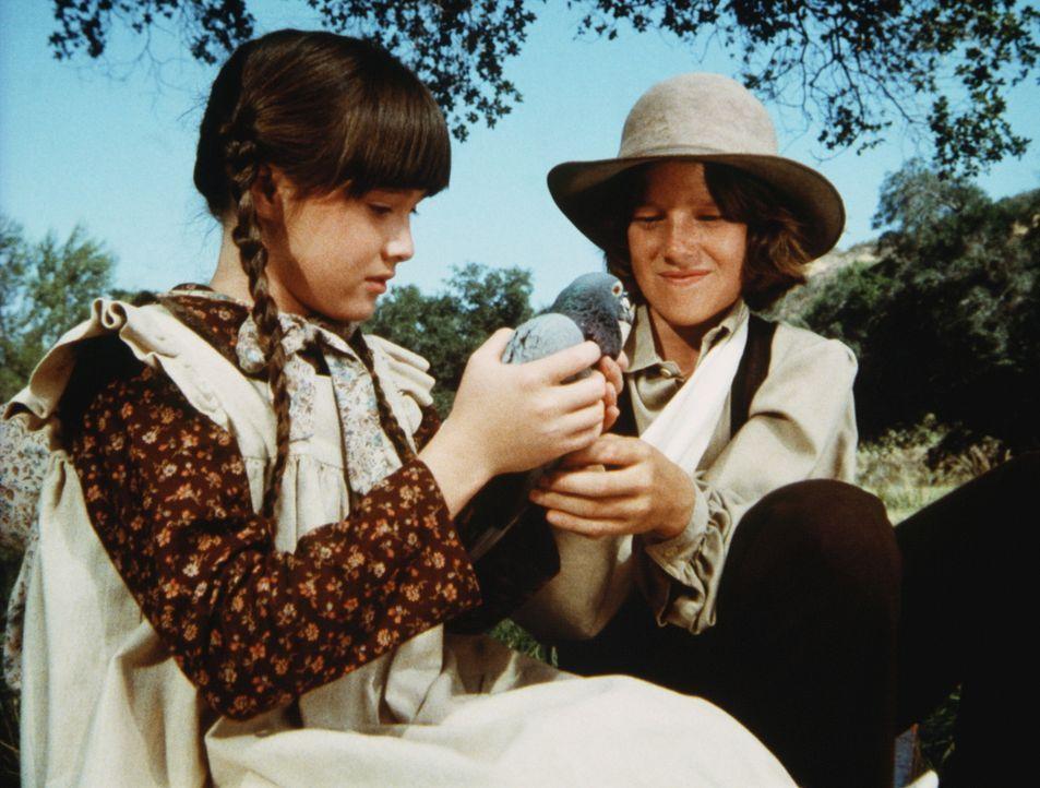 Jeb Carter (Kindsay Kennedy, r.) versucht, Jenny (Shannen Doherty, l.), die nach dem Tod ihres Vaters sehr depressiv geworden ist, etwas aufzuheitern. - Bildquelle: Worldvision