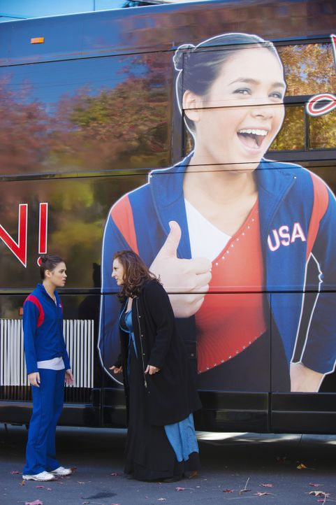 Kelly (Nicole Gale Anderson, l.) und ihre Mutter (Kathy Najimy, r.) sind maßlos enttäuscht, dass Kaylie den WM-Platz bekommen hat ... - Bildquelle: 2010 Disney Enterprises, Inc. All rights reserved.
