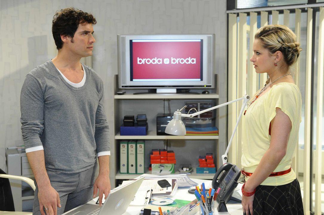 Mia (Josephine Schmidt, r.) bittet Alexander (Paul Grasshoff, l.) um Hilfe ... - Bildquelle: SAT.1