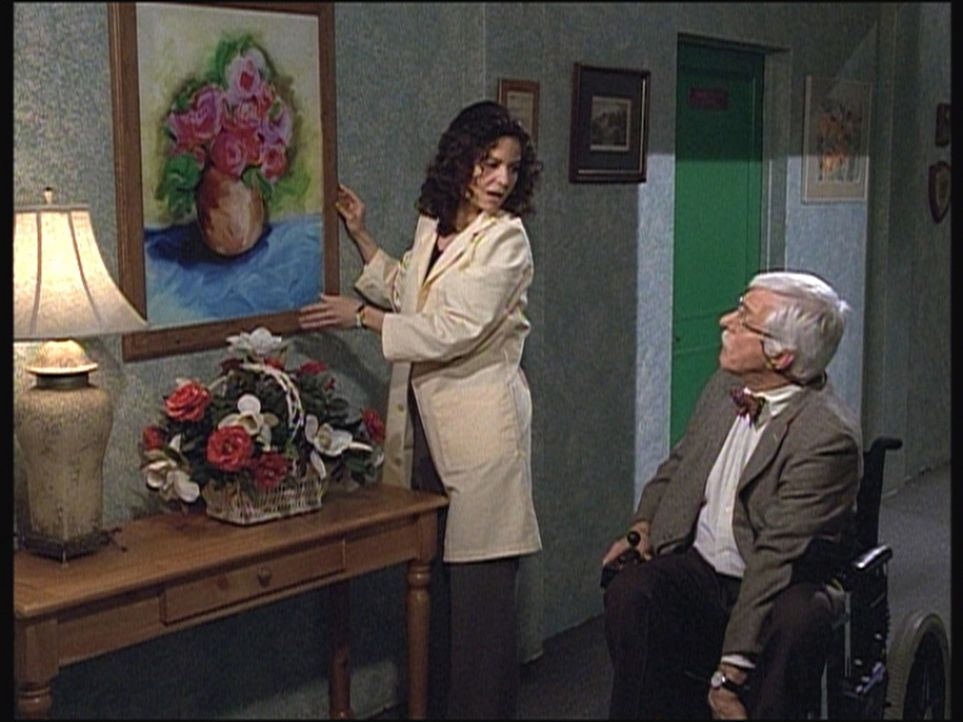 Die Pflegerin Julie hat von einem verstorbenen Bewohner ein Gemälde geerbt und hängt es zu Marks (Dick Van Dyke) Freude im Flur auf. - Bildquelle: Viacom