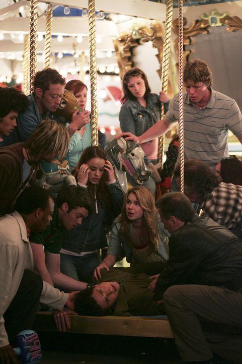 Amanda (Kirsten Prout, M. oben) ist total besorgt, da Kyle (Matt Dallas, M. unten) aus heiterem Himmel zusammen gebrochen ist ... - Bildquelle: TOUCHSTONE TELEVISION